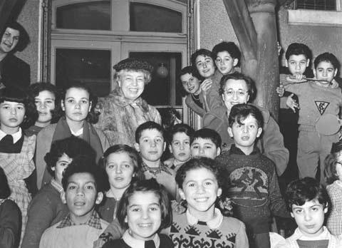Laura Jarblum and Eleanor Roosevelt with Children, Paris, 1952