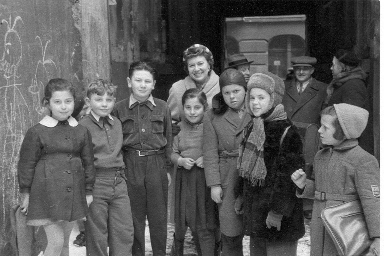 Charlotte Jacobson with Jewish children in Lodz, Poland 1958