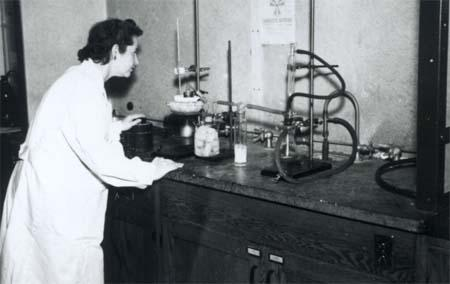 Gertrude Elion preparing radioactive 6-MP, Tuckahoe