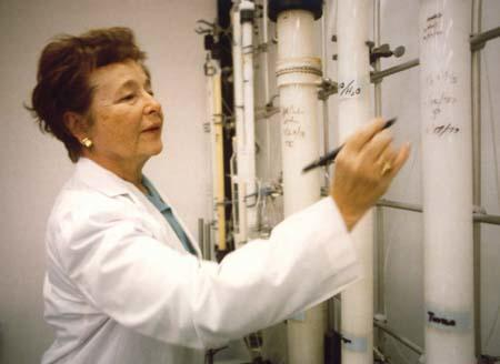 Gertrude Elion working in her lab
