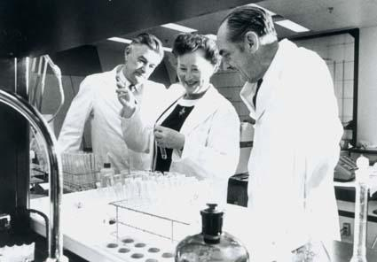 Gertrude Elion with Dr. S. Bushby (left) and Dr. George Hitchings