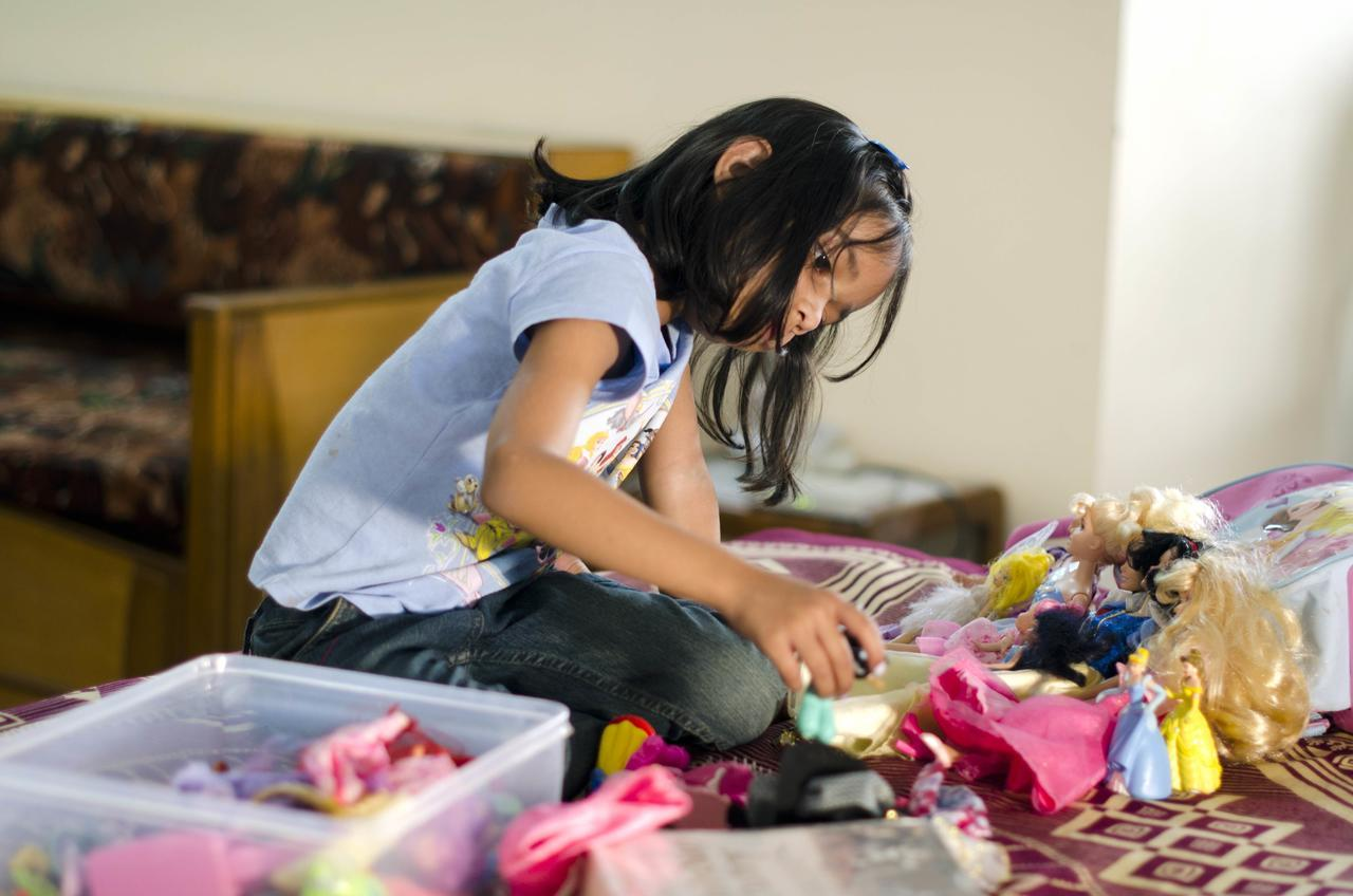 indian_girl_playing_with_barbie_dolls_in_a_gated_middle-class_community_in_bangalore.jpg